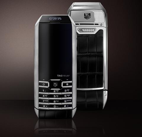 tag-heuer-meridiist-infinite-solar-charging-smartphone-1